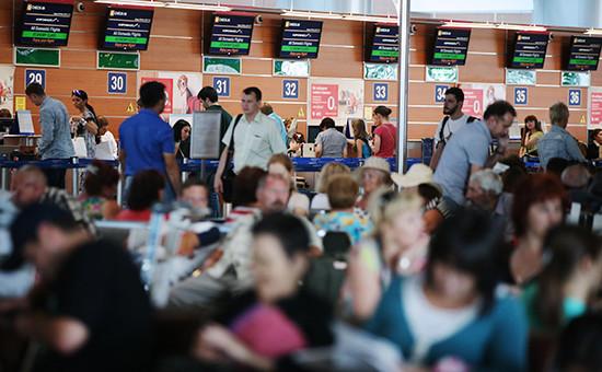 Пассажиры в зале ожидания перед вылетом в аэропорту Шереметьево. Архивное фото