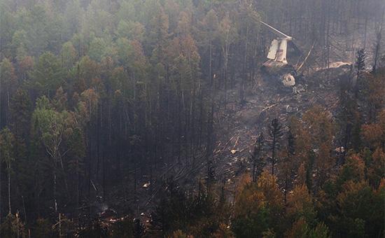 Обломки самолета Ил-76 наместе крушения, обнаруженного наземной группой спасателей отряда «Центроспас», в4км южнее населенного пункта Рыбный Уян насклоне одной изсопок