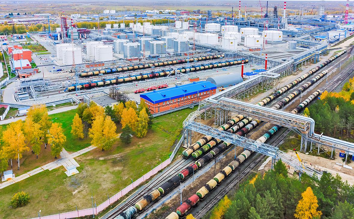 Вид на Антипинский нефтеперерабатывающий завод