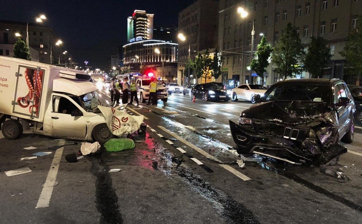 Место автомобильной аварии на Смоленской площади в Москве