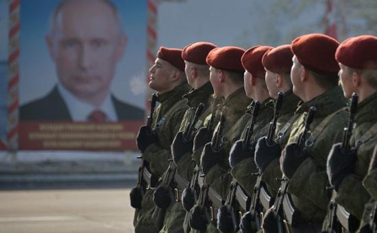 Военнослужащие внутренних войск МВД России во время подготовкик параду