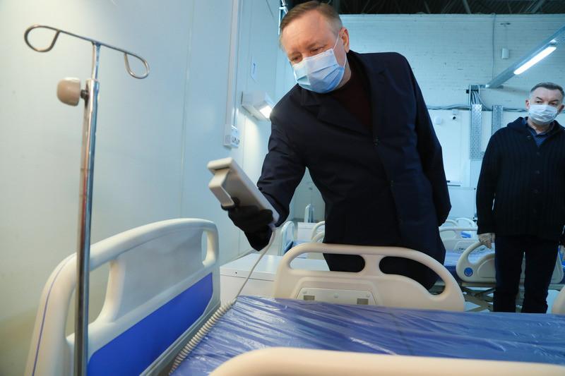 Губернатор Александр Беглов во время выездного совещания по подготовке временного госпиталя в Ленэкспо