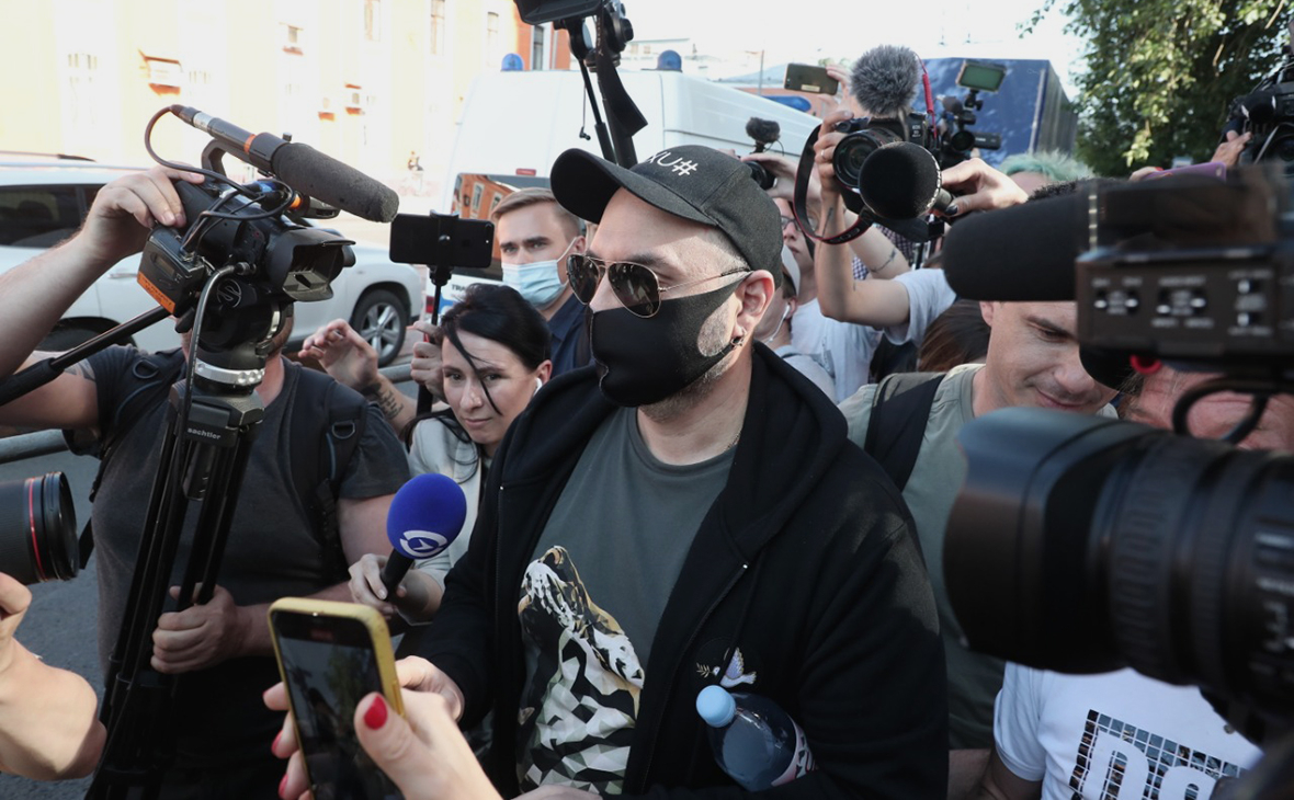Кирилл Серебренников (в центре) на выходе из суда, после оглашения приговора