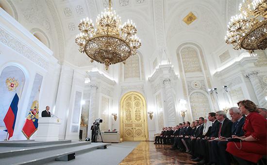 Президент России Владимир Путин (слева) во время выступления с ежегодным посланием Федеральному собранию