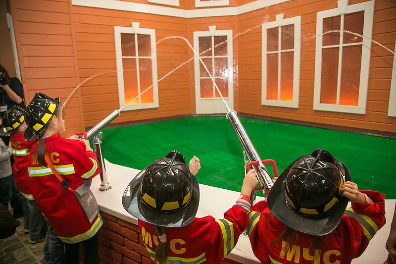 Дети обучаются пожарному делу в детском городе профессий «КидБург»