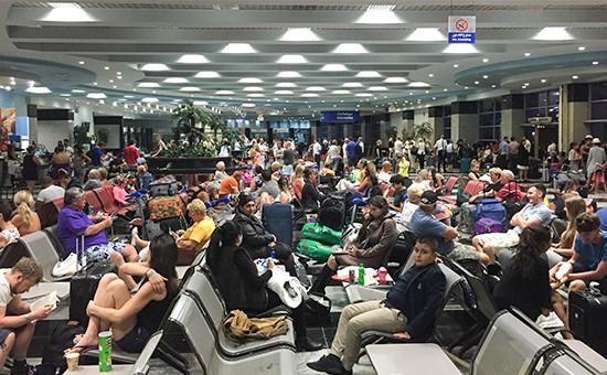 Туристы в зале ожидания на территории аэропорта Шарм-эль-Шейха