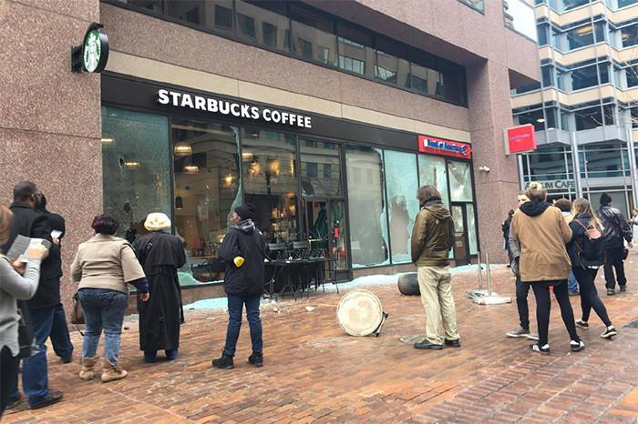 Разбитая витрина одной изкофеен Starbucks вВашингтоне. 20 января 2017 года