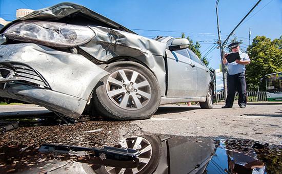 Сотрудник ДПС ГИБДД на месте автомобильной аварии