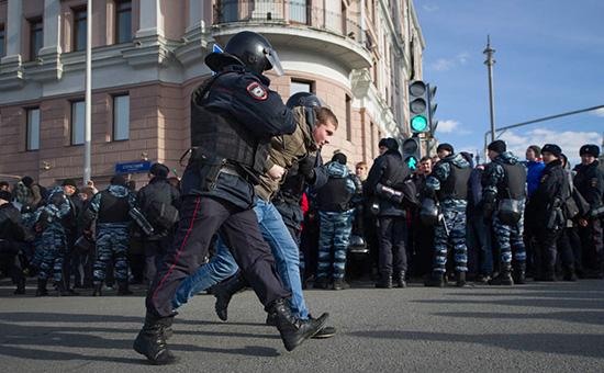 Задержание участника антикоррупционной акции протеста оппозиции вцентре Москвы