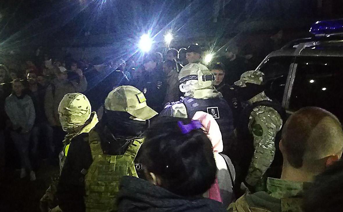 Местные жители и сотрудники полиции около гаражного комплекса, где было найдено тело ранее пропавшей 9-летней девочки
