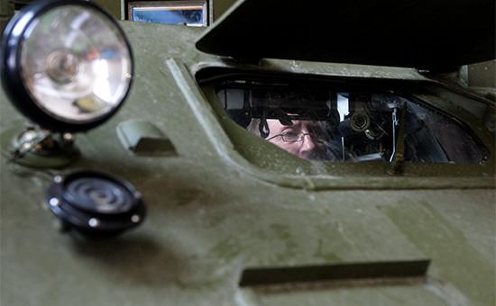 Сотрудник Казанского оптико-механического завода в цехе по окончательной сборке комплексов радиоэлектронной борьбы
