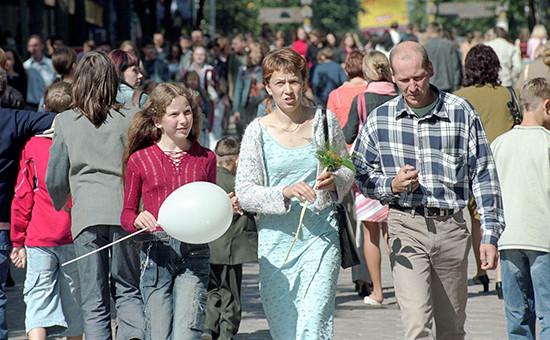 Прохожие на улице города Шяуляй, Литва