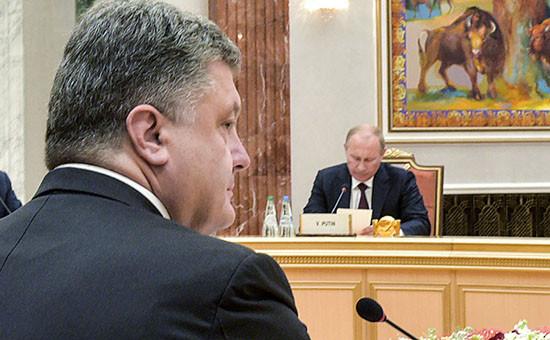 Президент Украины Петр Порошенко (на первом плане) и президент России Владимир Путин во время встречи в Минске 26 августа 2014г.