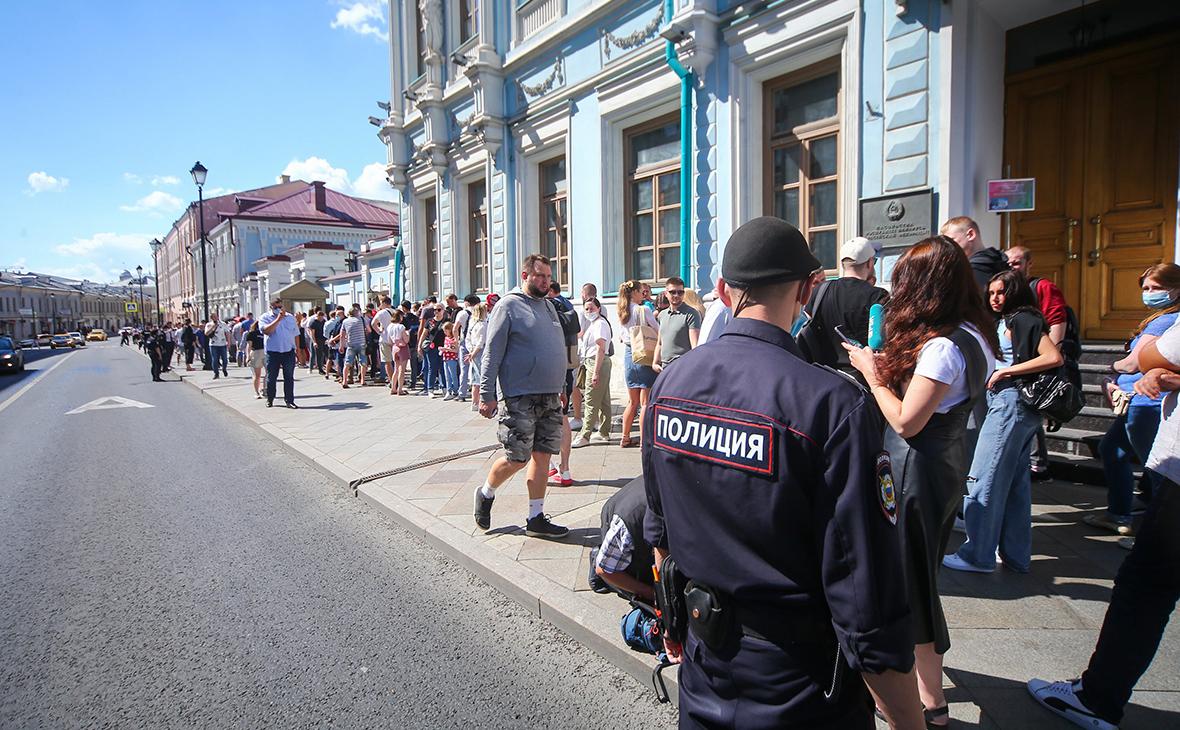 Очередь у посольства Белоруссии в центре Москвы в основной день выборов президента Белоруссии