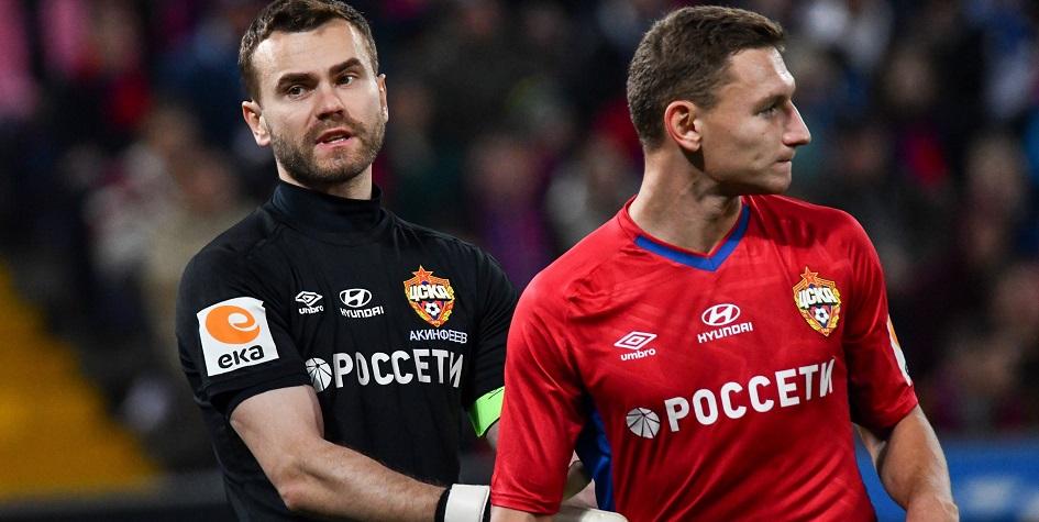 Игроки ЦСКА Игорь Акинфеев (слева) и Федор Чалов (справа)