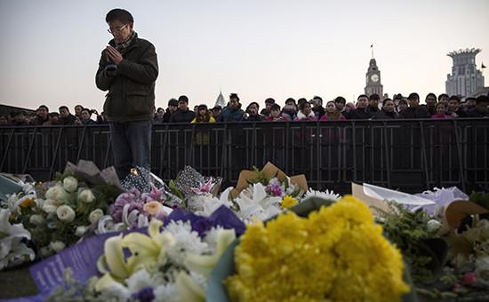 Временный мемориал на месте трагедии в Шанхае