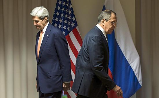 Глава американского внешнеполитического ведомства Джон Керри (слева) иминистр иностранных дел России Сергей Лавров