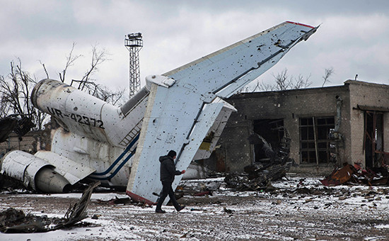 На территории разрушенного аэропорта Донецка.
