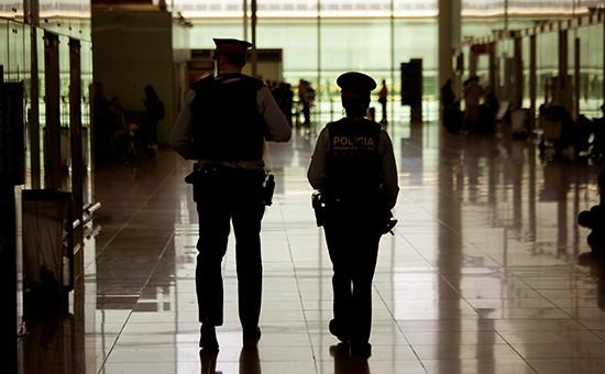 Сотрудники испанской полиции ваэропорту