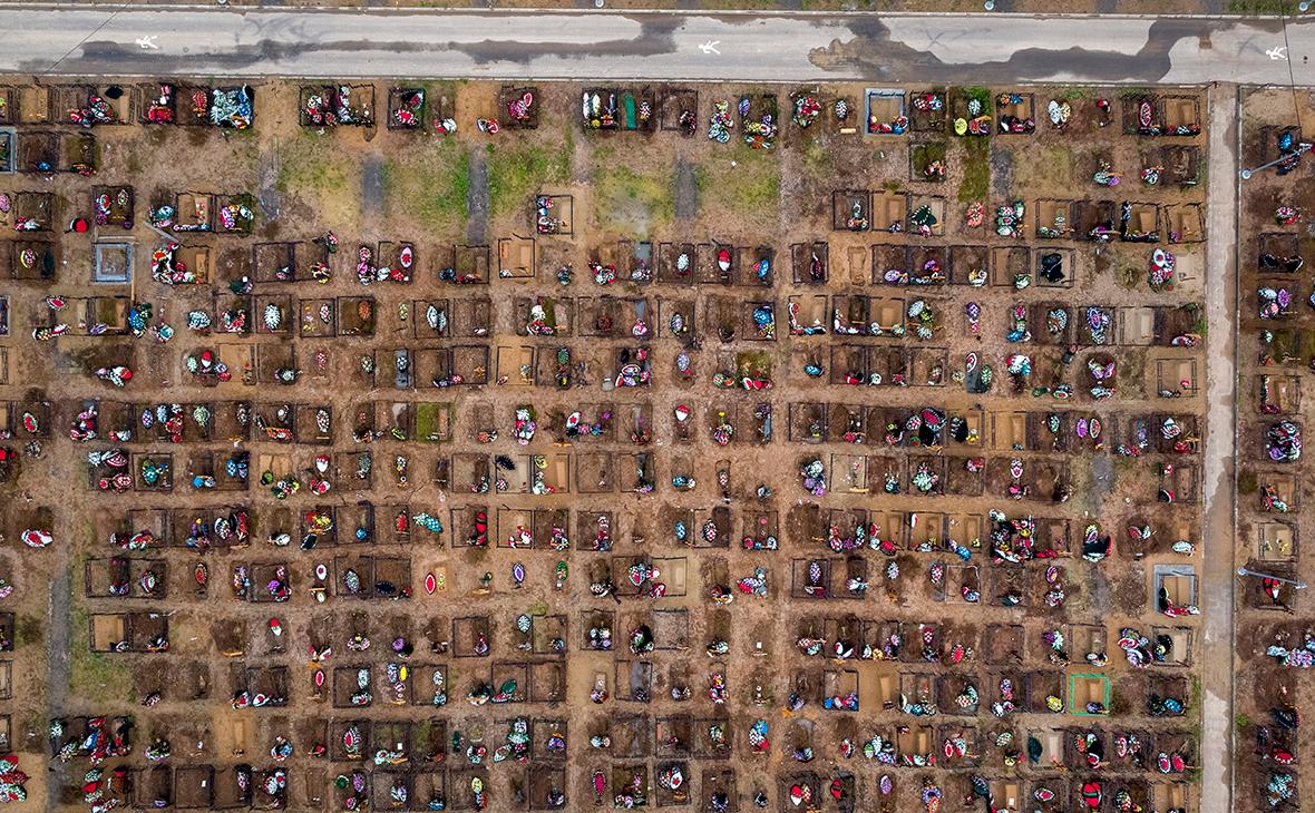 Вид на Бутовское кладбище в Москве, где хоронят пациентов, умерших от коронавируса