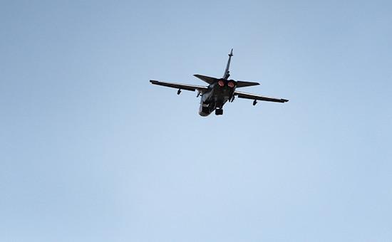 Российский бомбардировщик Су-24 взлетает изаэропорта Латакии вСирии. 9 октября 2015 года