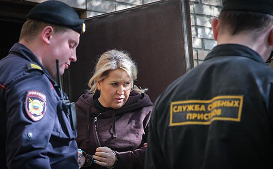 Евгения Васильева, приговоренная к пяти годам лишения свободы по делу «Оборонсервиса», на выходе из здания Пресненского суда