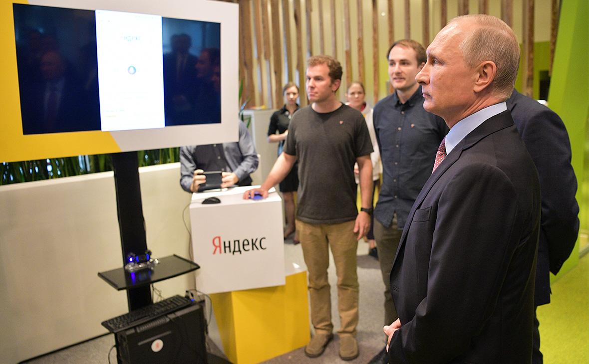 Владимир Путин во время посещения офиса компании «Яндекс»