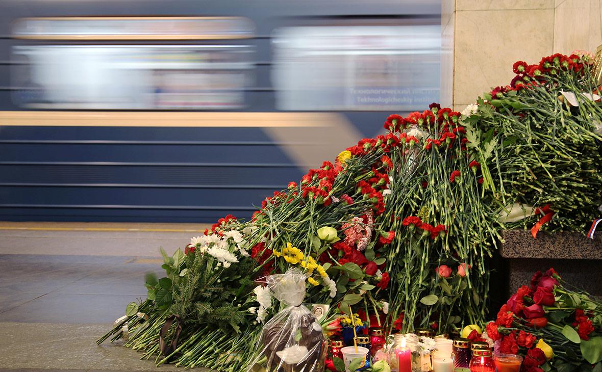 Цветы и свечи на станции метро «Технологический институт». Апрель 2017 года