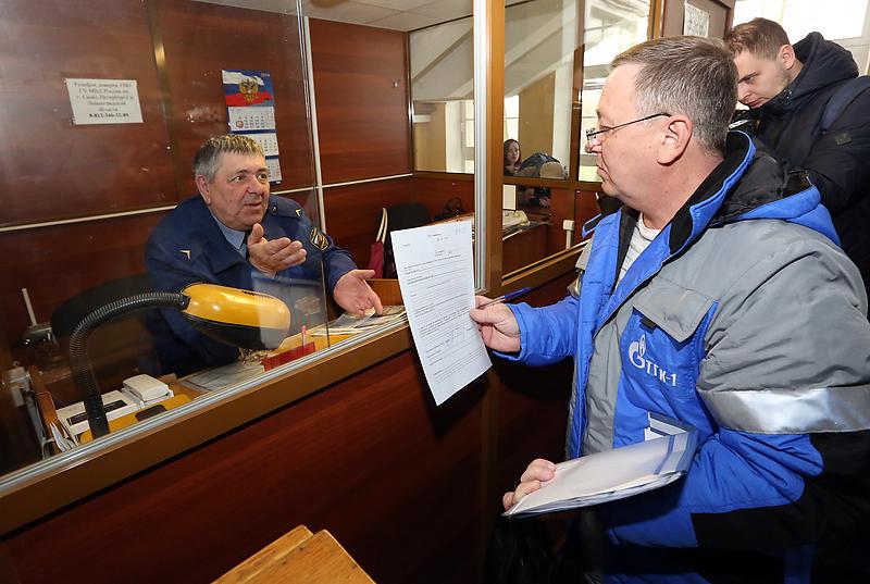 Сотрудники ТГК-1 пытаются пройти в администрацию Кировского района Петербурга