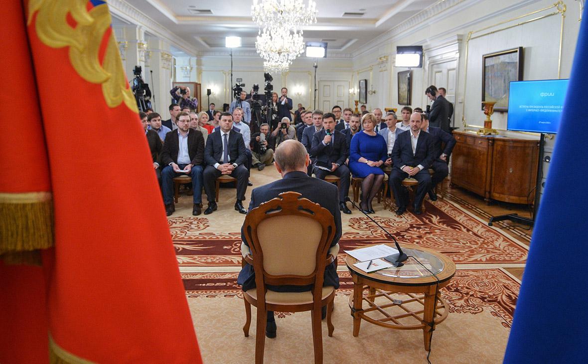 Владимир Путин (в центре) на встрече с интернет-предпринимателями, чьи проекты получили поддержку Фонда развития интернет-инициатив (ФРИИ). 2015 год