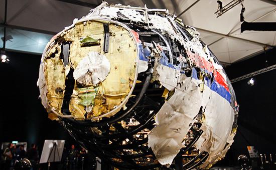 Фрагмент кабины лайнера Boeing 777 Malaysia Airlines (рейс MH17) вовремя представления доклада обобстоятельствах крушения, октябрь 2015 года