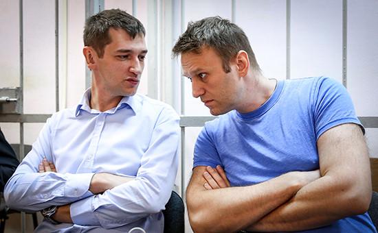 Оппозиционер Алексей Навальный и его брат Олег (справа налево)