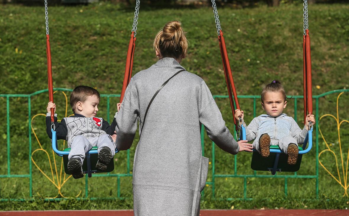 Медведев предложил поднять пособие по уходу за ребенком с 50 рублей