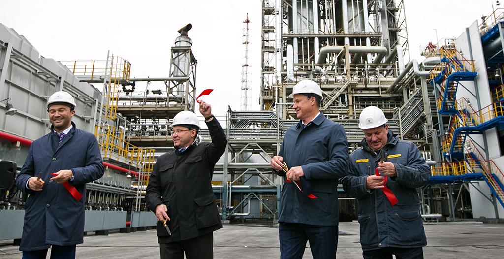 Бывший губернатор Тюменской области Владимир Якушев (второй слева) на церемонии открытия производства на одном из нефтеперерабатывающих заводов