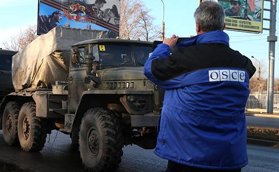 Сотрудник ОБСЕ фиксирует отвод тяжелой техники армии ДНР из пригорода Донецка