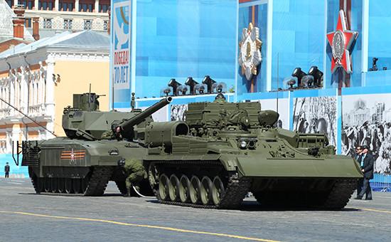 Танк «Армата» (слева), заглохший на генеральной репетиции парада Победы на Красной площади