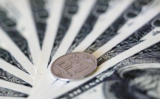 Купюры номиналом 100 долларов и рублевая монета