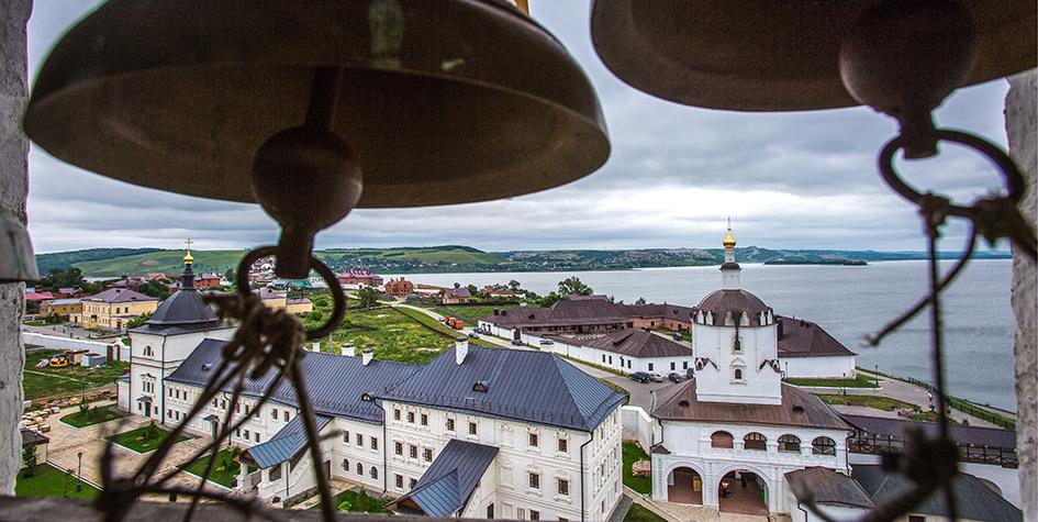 Вид на Успенский мужской монастырь, расположенный на территории государственного историко-архитектурного музея «Остров-град Свияжск»