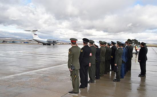 Российский военно-транспортный самолет стелом российского летчика Су-24 Олега Пешкова ваэропорту Эсенбога вАнкаре передвылетом вРоссию. 30 ноября 2015 года
