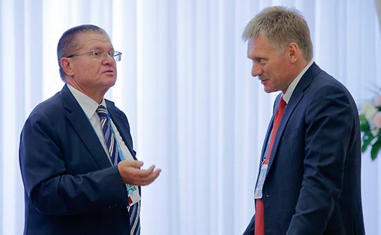Алексей Улюкаев ипресс-секретарь президента России Дмитрий Песков (слева направо). Июнь 2016 года
