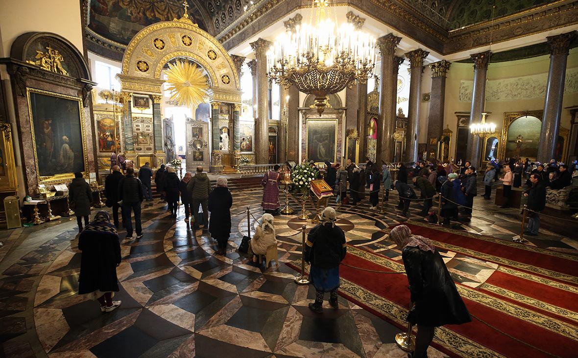 Богослужение в Казанском кафедральном соборе Санкт-Петербурга во время пандемии коронавируса COVID-19