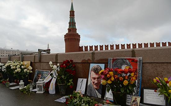 Цветы на месте гибели политика Бориса Немцова, 27 февряля 2016 года