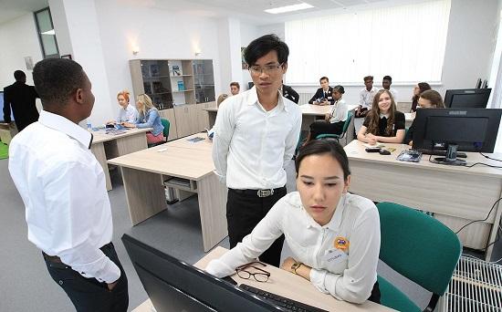 Студенты УГНТУ во время телемоста с абитуриентами Южного Вьетнама