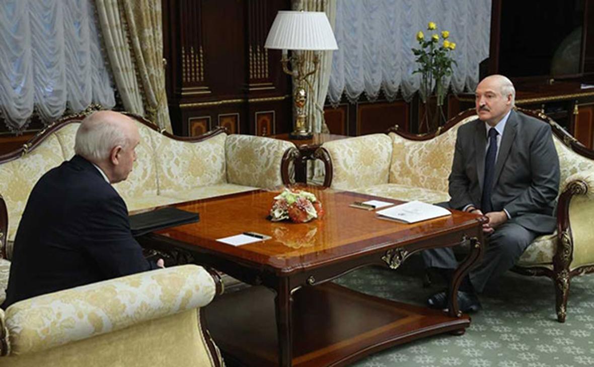 Александр Лукашенко на встрече с Сергеем Лебедевым (слева)