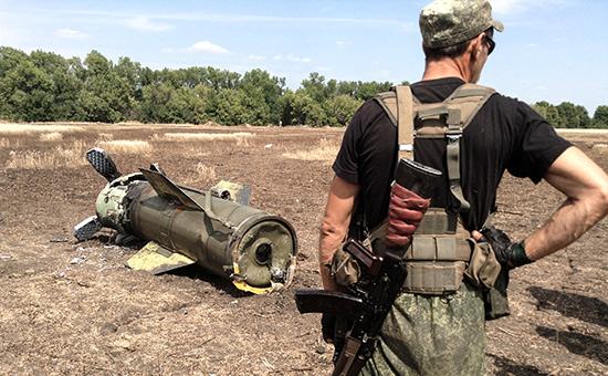 Ополченец Донецкой народной республики (ДНР) у ракеты «Точка-У». 2014 год