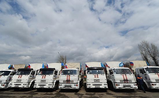 Автомобили МЧС, перевозящие гуманитарную помощь для Донбаса