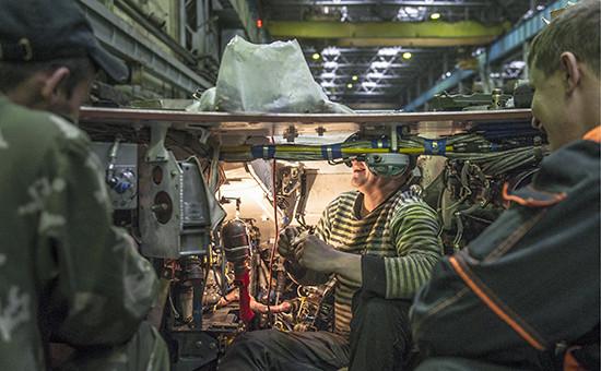 Монтаж электроники вкорпусе танка всборочном цеху надочернем предприятии Уралвагонзавода