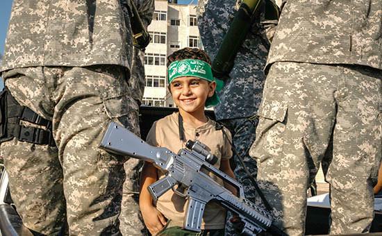 Парад членов военного крыла исламистской организации ХАМАС бригады «Изз ад-Дин аль-Кассам» вГазе