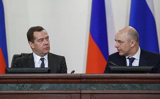 Премьер-министр РФ Дмитрий Медведев и министр финансов РФ Антон Силуанов (слева направо)