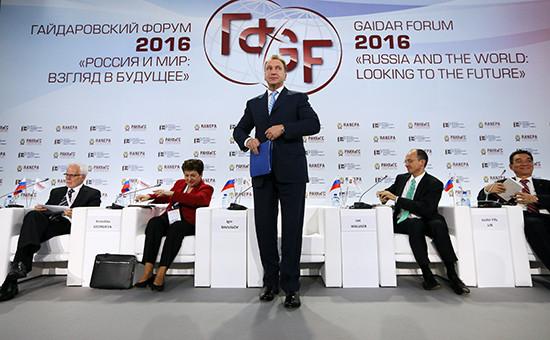 Первый вице-премьер Игорь Шувалов (на фото в центре) сказал на Гайдаровском форуме, что в 2015 году правительство России не совершило ни одной крупной ошибки в экономике